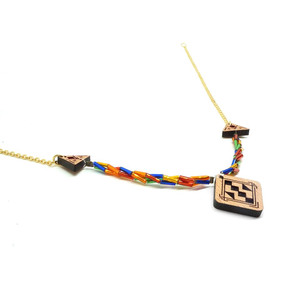 collier avec pendentif en bois et chaine coloré
