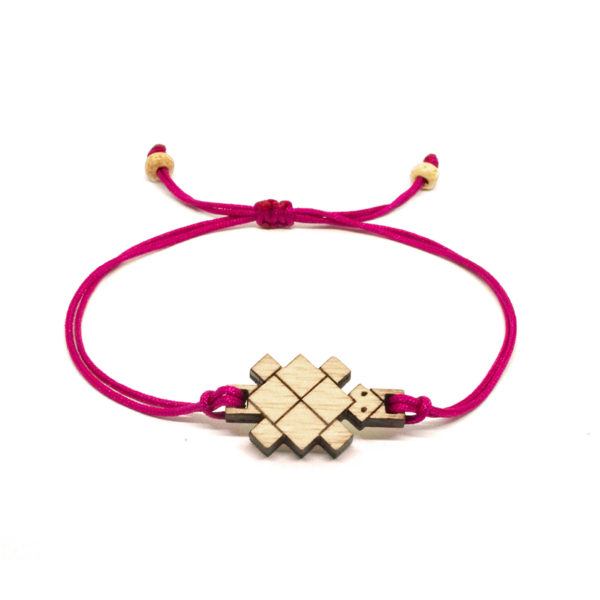 bracelet cordon rose avec pendentif en bois et en forme de tortue