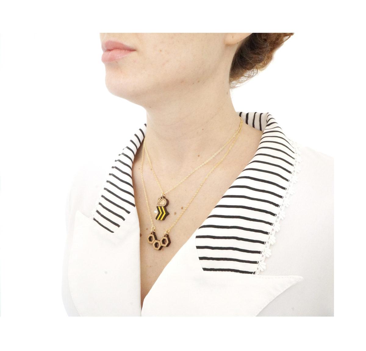 fille avec deux colliers superposés en forme d'abeille et ruche