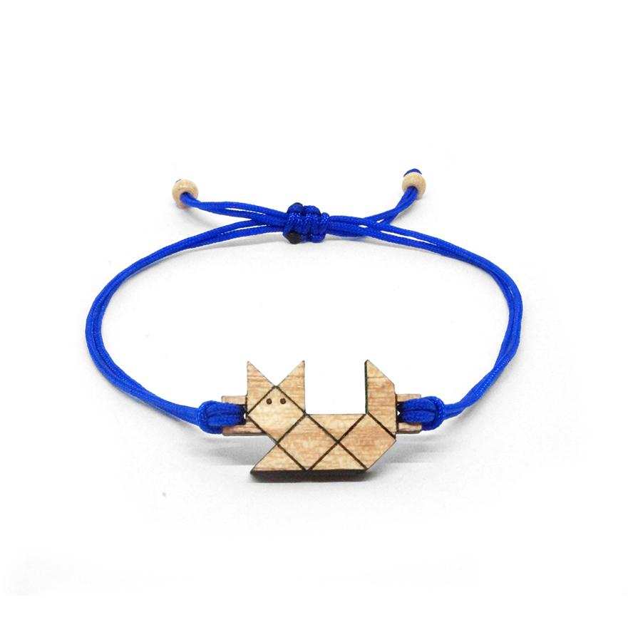 bracelet cordon bleu avec pendentif en bois et en forme de chat