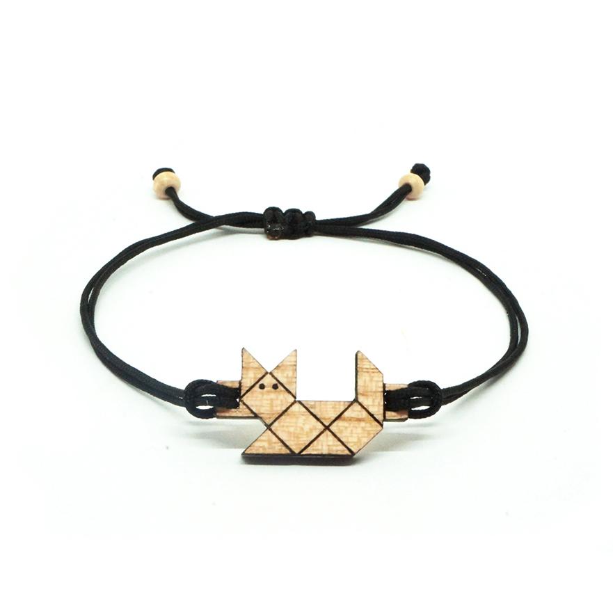 bracelet cordon noir avec pendentif en bois et en forme de chat