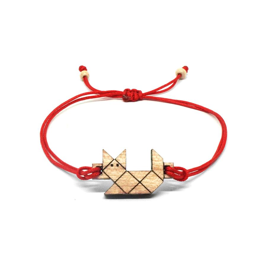 bracelet cordon rouge avec pendentif en bois et en forme de chat