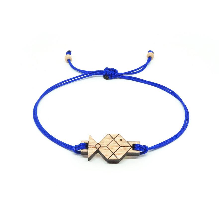 bracelet cordon bleu avec pendentif en bois et en forme de poisson origami