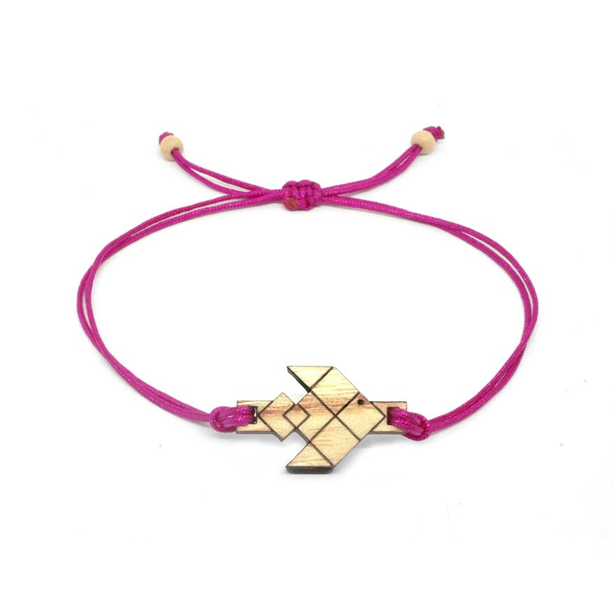 bracelet cordon rose avec pendentif en bois et en forme de poisson volant
