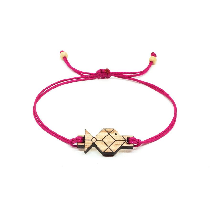 bracelet cordon rose avec pendentif en bois et en forme de poisson origami