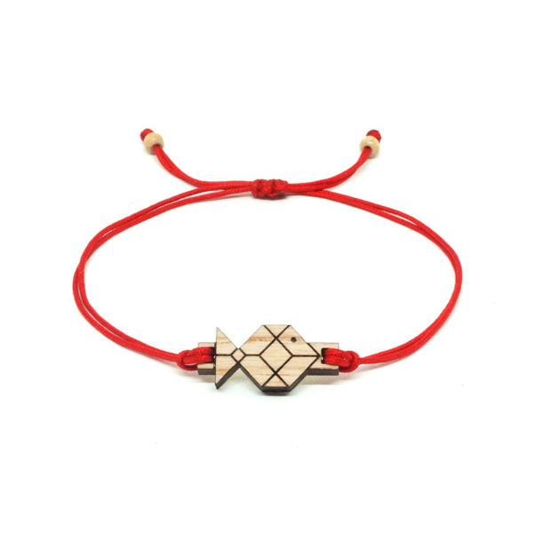 bracelet cordon rouge avec pendentif en bois et en forme de poisson origami
