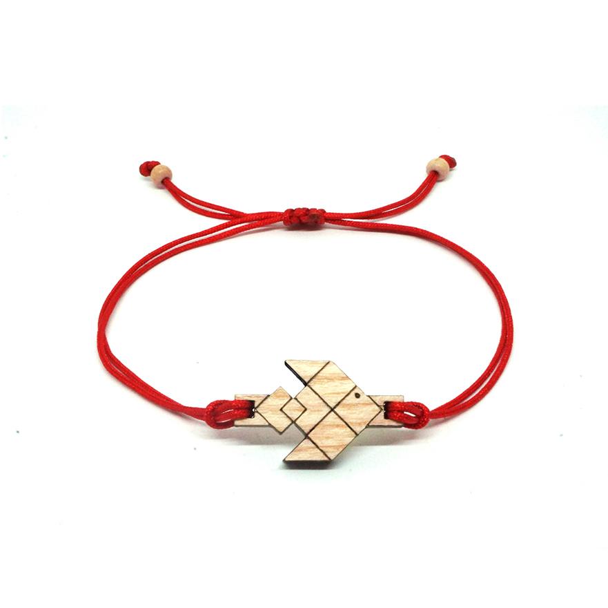 bracelet cordon rouge avec pendentif en bois et en forme de poisson volant