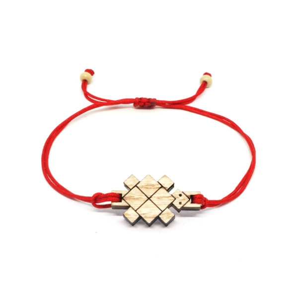 bracelet cordon rouge avec pendentif en bois et en forme de tortue