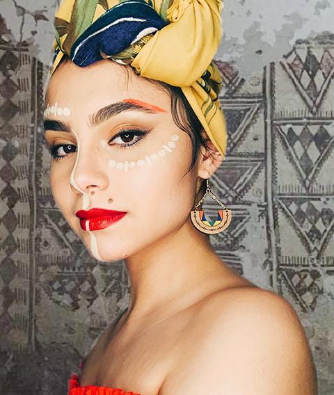 fille portant un foulard et des boucles d'oreilles colorés