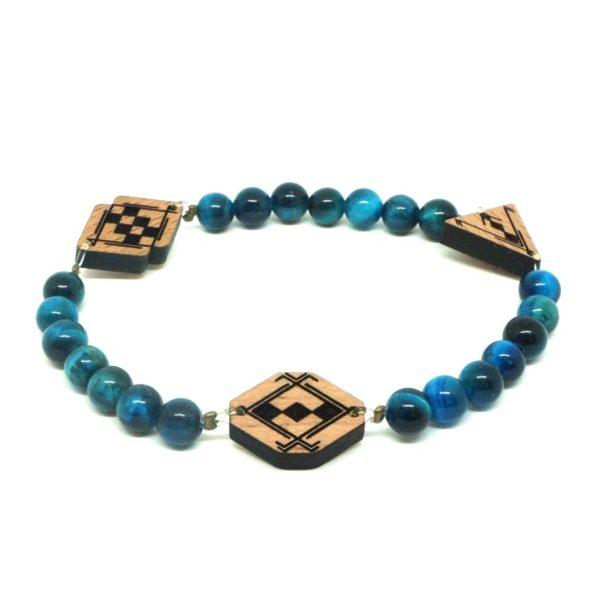 bracelet avec perles bleus et pendentifs en bois