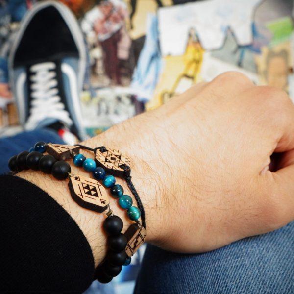 main portant 3 bracelet avec pendentifs en bois