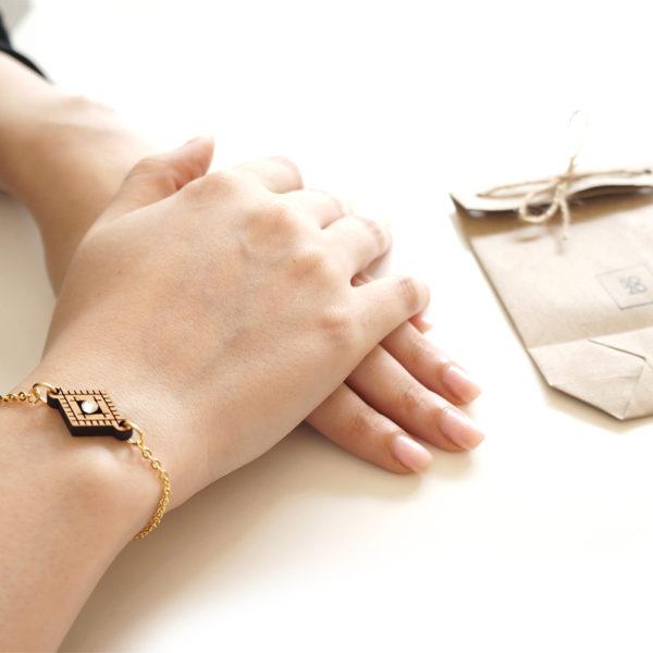 bracelet pendentif en bois porté