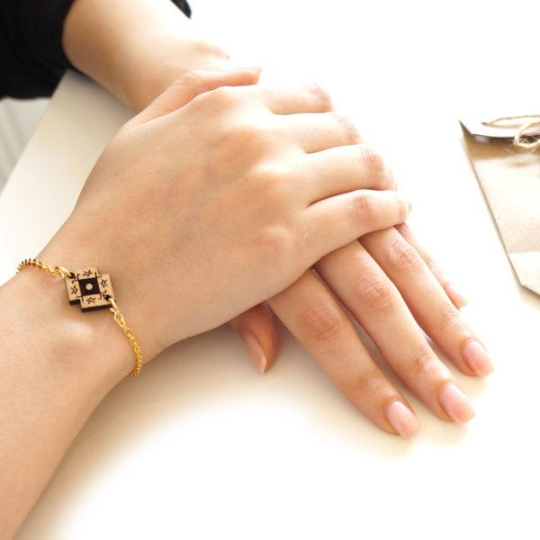 bracelet porté avec pendentif en bois