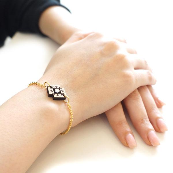 Bracelet porté avec chaine et pendentif en bois et strass